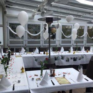 Weiss gedeckter Tisch